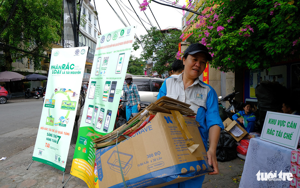 A local brings classified trash to an URENCO exchange point in Dong Da District, Hanoi, September 12, 2020. Photo: Ha Thanh / Tuoi Tre