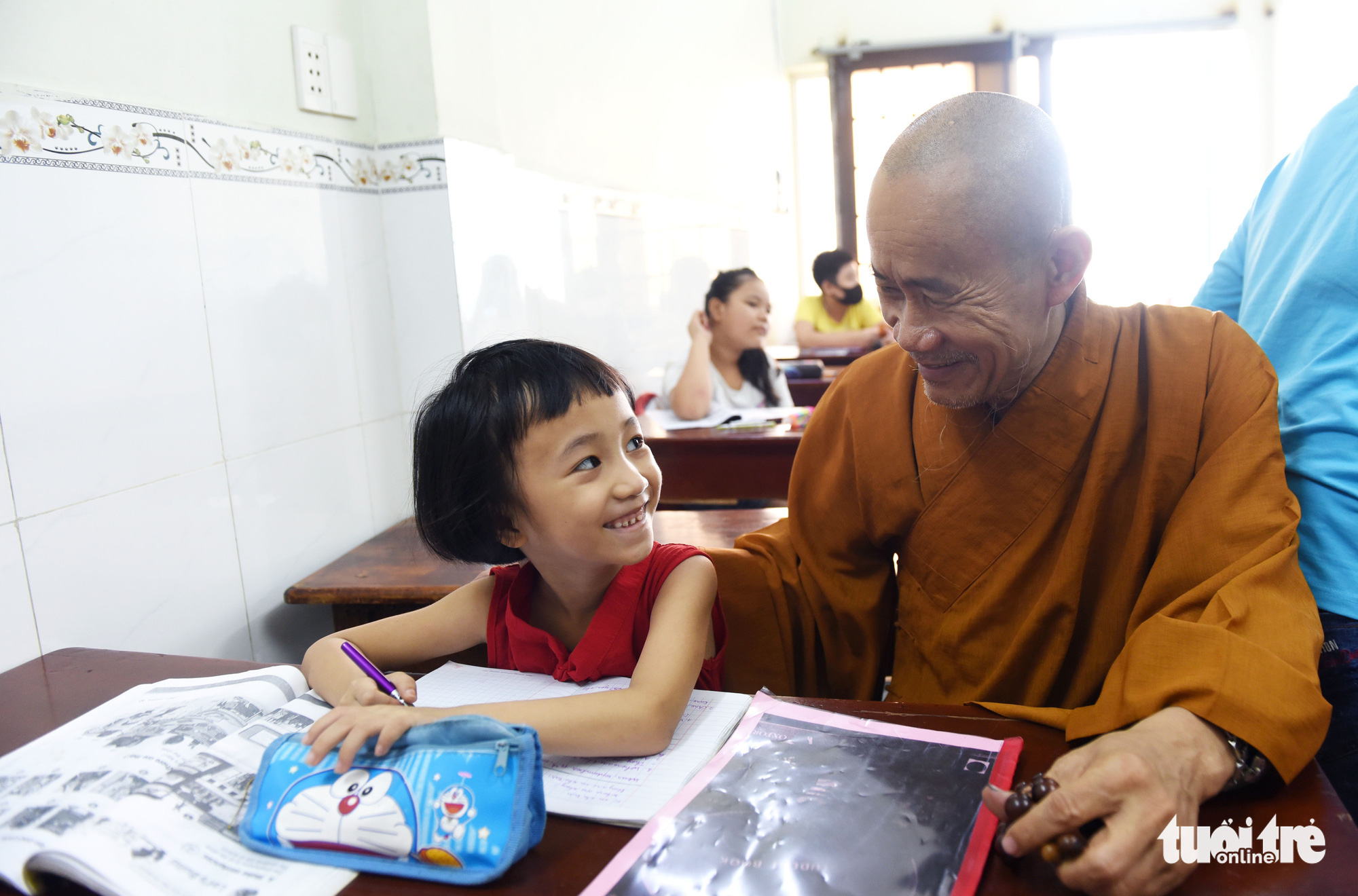 Thich Nhuan Tam (right), the abbot of La Pagoda in Go Vap District, Ho Chi Minh City, teaches in a foreign language class at the pagoda, September 13, 2020. Photo: Duyen Phan / Tuoi Tre