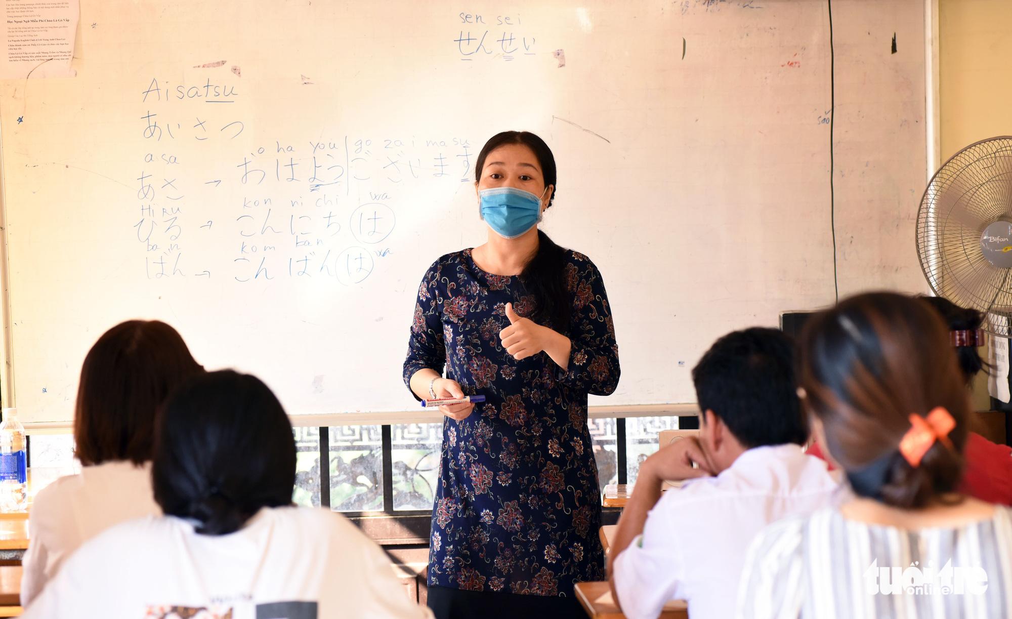 A volunteer teacher teaches in a Japanese class at La Pagoda in Go Vap District, Ho Chi Minh City, September 13, 2020. Photo: Duyen Phan / Tuoi Tre
