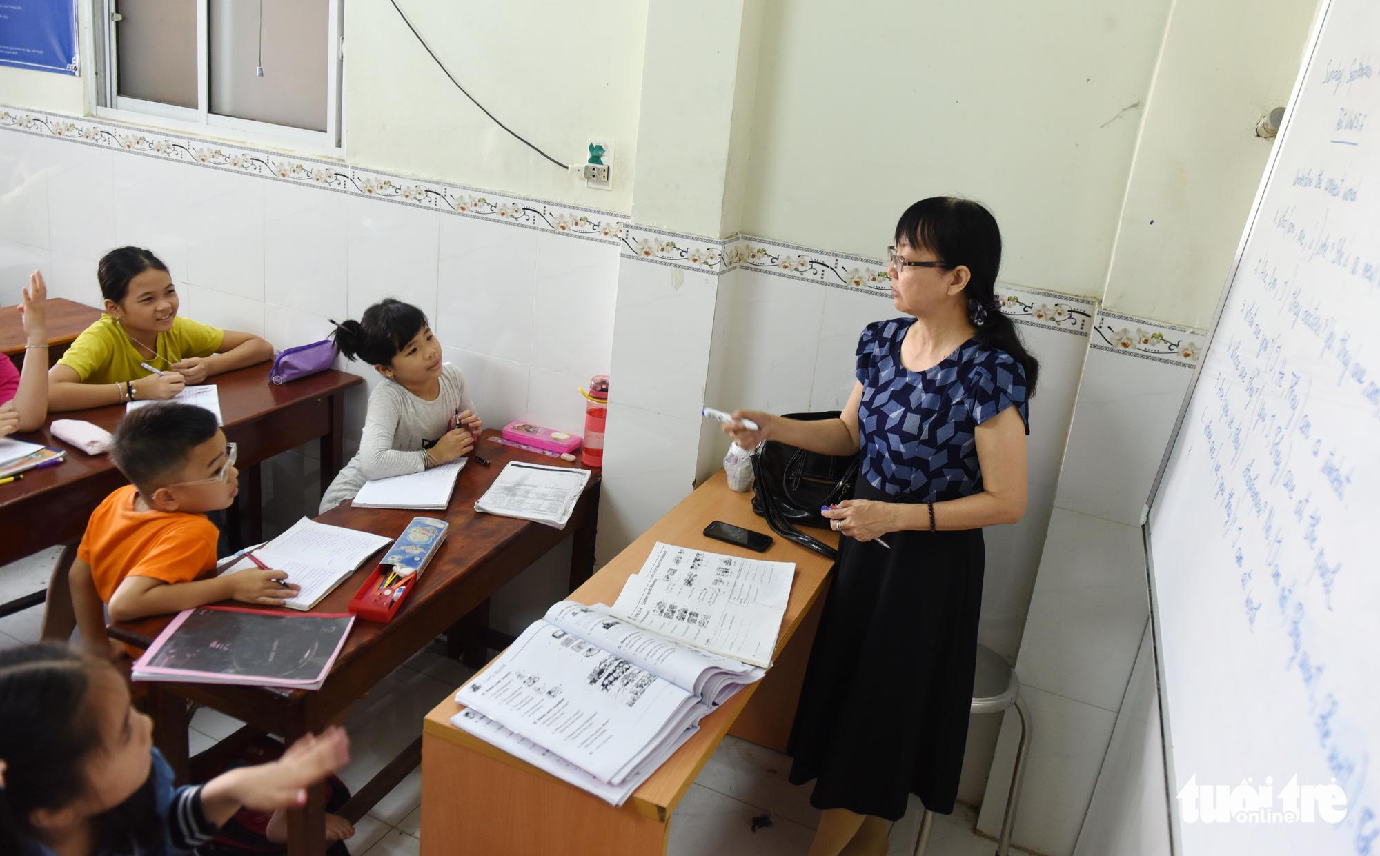 Dang Thi Huyen Thu teaches a foreign language class at La Pagoda in Go Vap District, Ho Chi Minh City, September 13, 2020. Photo: Duyen Phan / Tuoi Tre