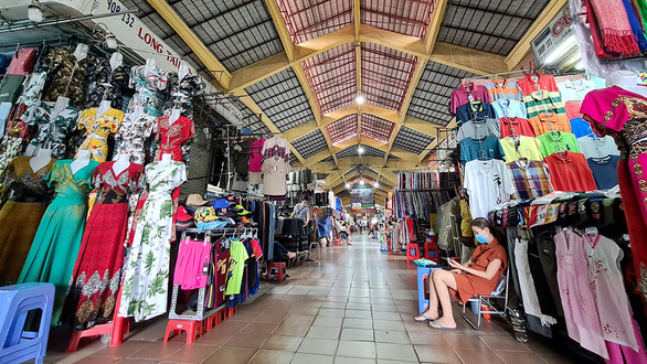 The main hallway of Ben Thanh Market is free of customers. Photo: Ngoc Hien / Tuoi Tre