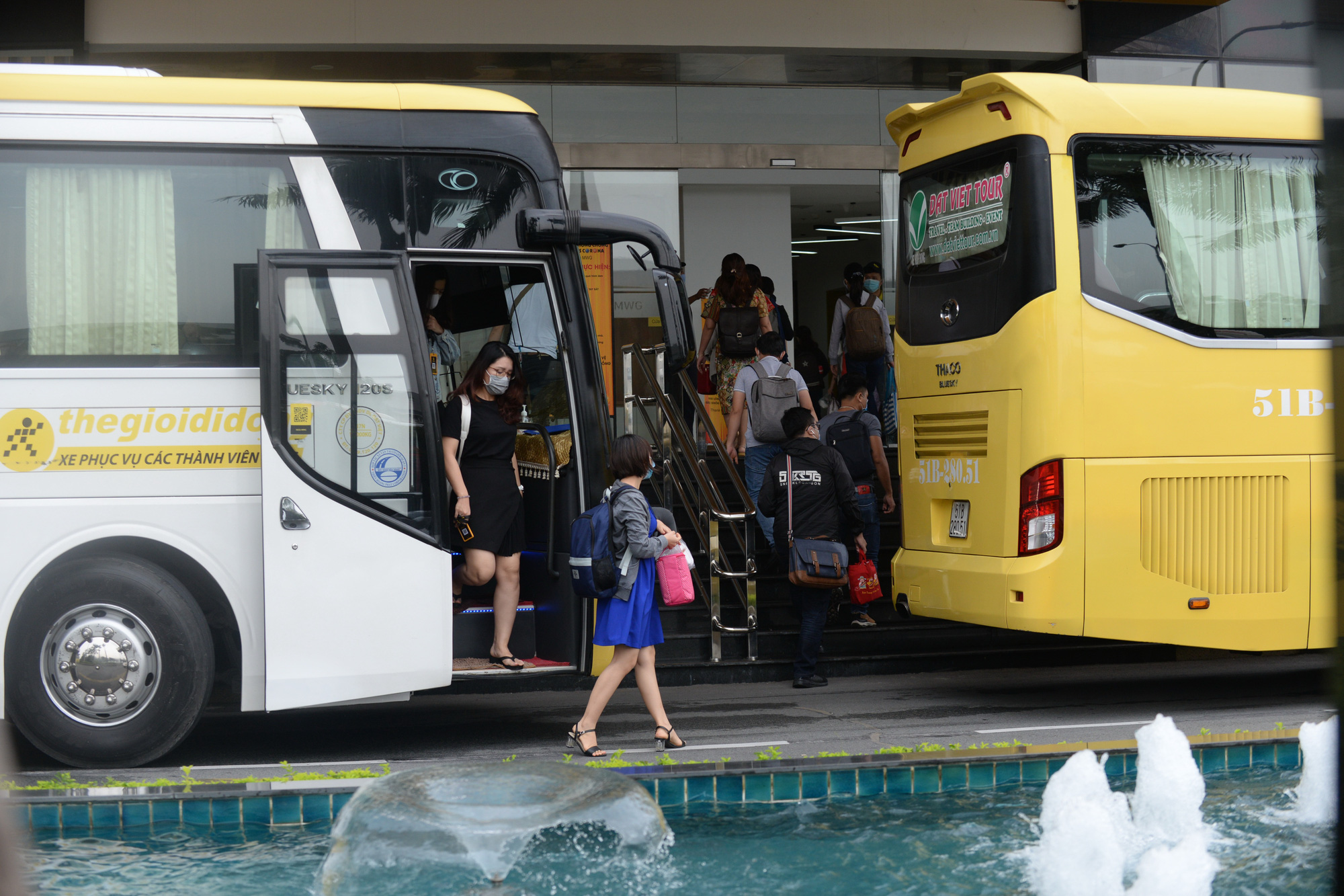 Employees of a company headquartered in the Saigon High-Tech Park in District 9, Ho Chi Minh City get off a company shuttle bus. Photo: T.T.D. / Tuoi Tre