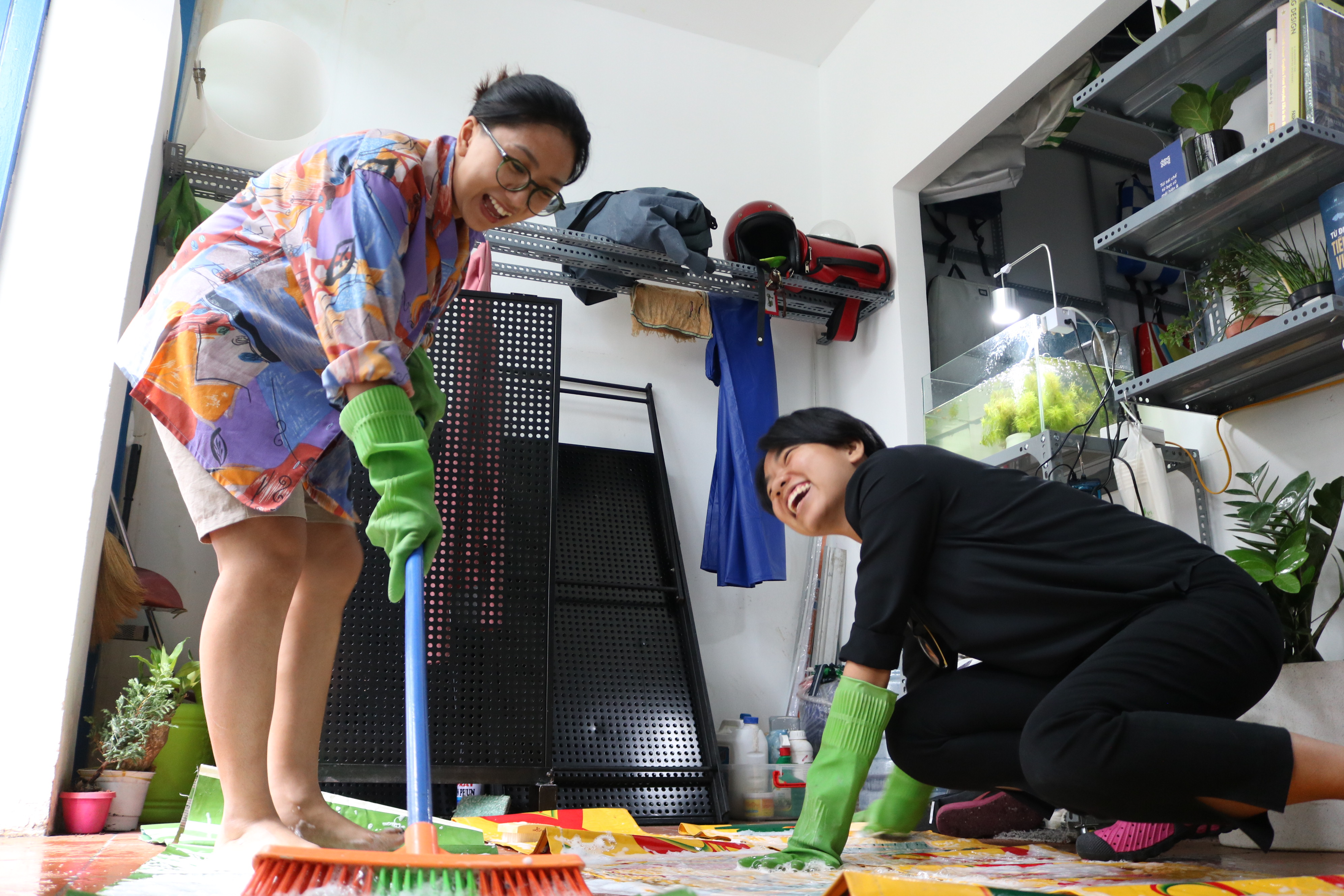 Thao Trang (left) and Tu Quan, two members of Dong Dong Sai Gon, clean old tarps before turning them into bags at the brand's workshop in Ho Chi Minh City, August 2020. Photo: Hoang An / Tuoi Tre