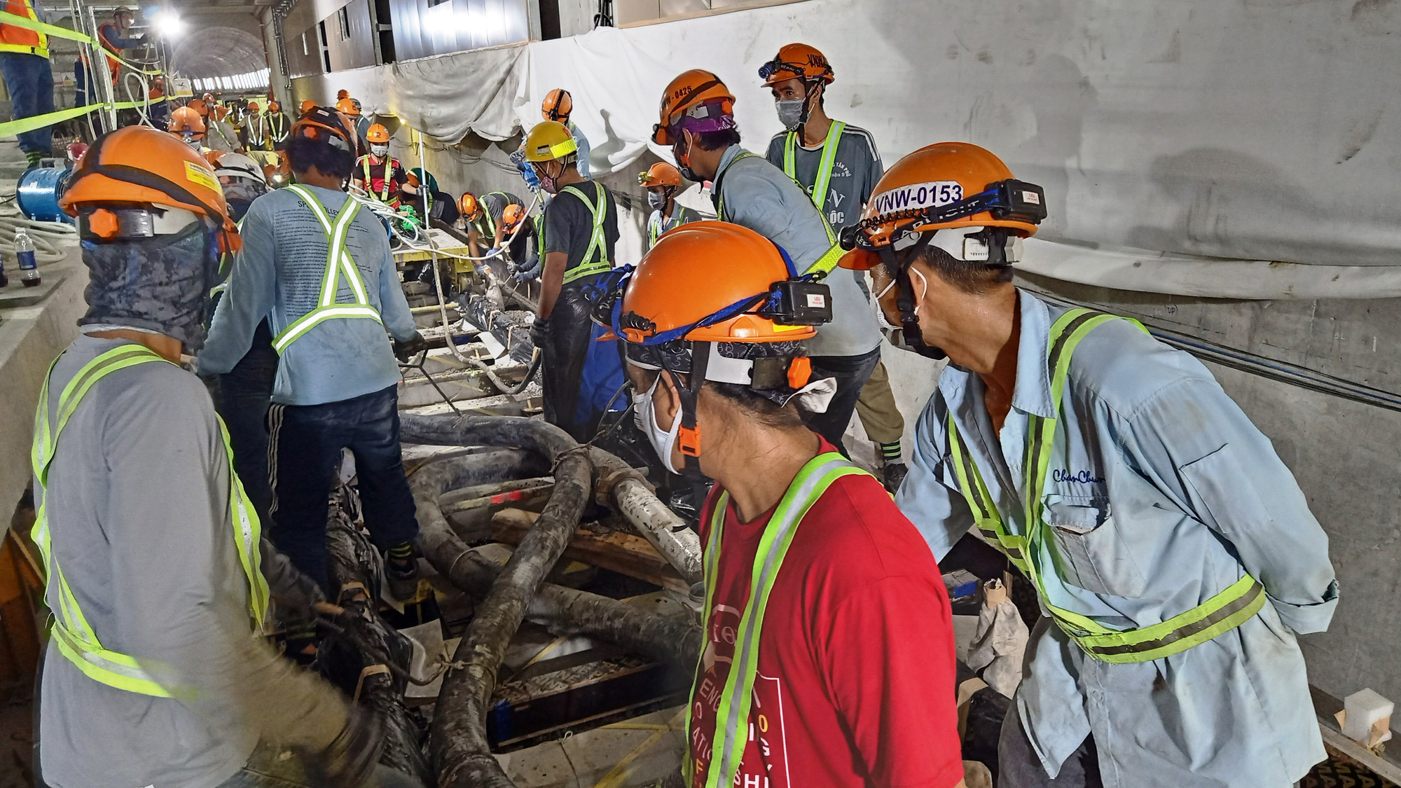 Engineers and workers build concrete along the railway at Municipal Theater Terminal of Ho Chi Minh City's metro route No.1, September 16, 2020. Photo: Van Binh / Tuoi Tre
