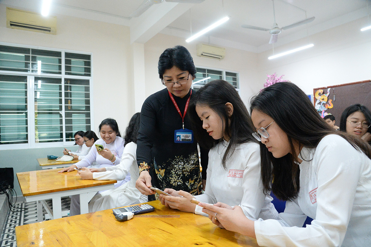 Vietnam to allow classroom phone use from middle school