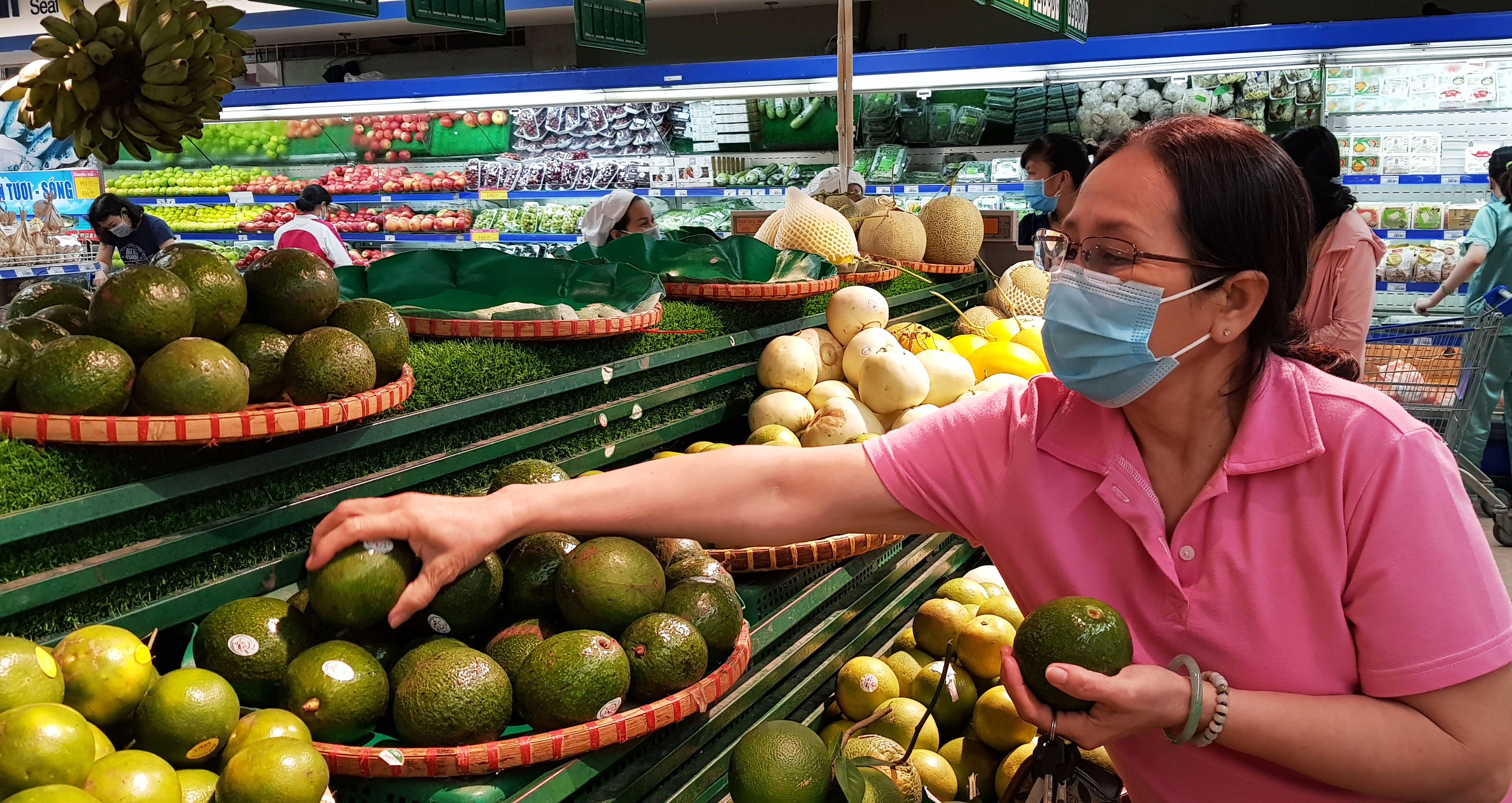 A file photo shows a woman choosing avocados at a supermarket in Ho Chi Minh City. Photo: Duyen Phan/ Tuoi Tre News