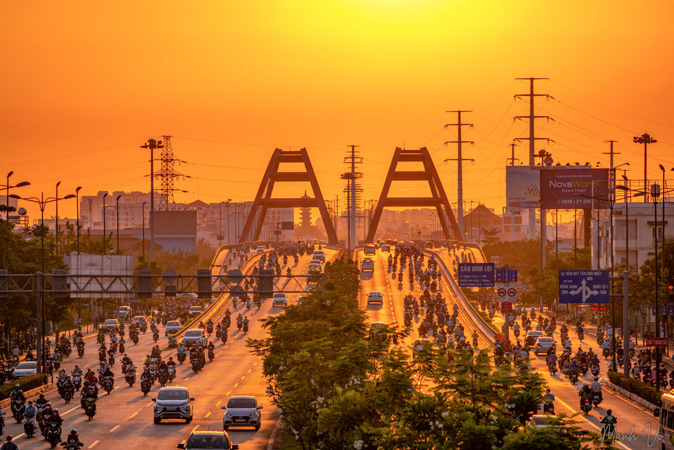 A photo captures a sunrise moment on Binh Loi Bridge in Ho Chi Minh City's Binh Thanh District. Photo: Vo Hung Manh