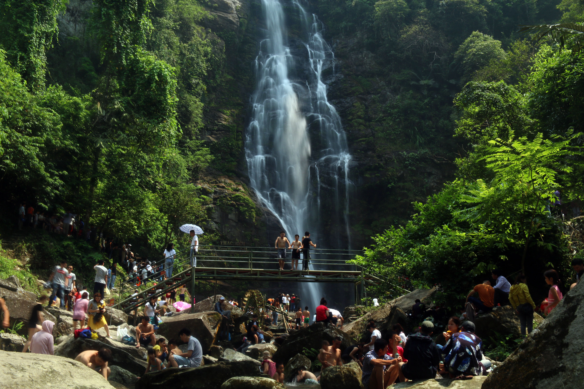 Visitors enjoy Kem Waterfall in Nghe An Province, Vietnam. Photo: Dao Tho