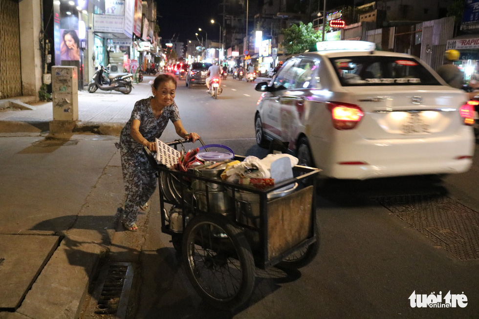 Sau, 77, pushes her cart of 'chè' (a Vietnamese sweet dessert) on a street in Ho Chi Minh City. Photo: Ngoc Phuong / Tuoi Tre