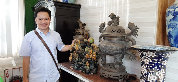 Pham Van Hai showcases an antique which used to be displayed at the traditional craft village festival in the central city of Hue in 2009 by the UNESCO Vietnam's center for antique research and conservation. Photo: Chi Hanh / Tuoi Tre