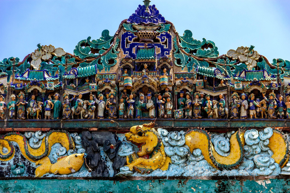 Statues depicting an ancient Chinese tale are placed atop the roof of Quang Trieu guildhall in District 1, Ho Chi Minh City in this undated file photo. Photo: Tuoi Tre