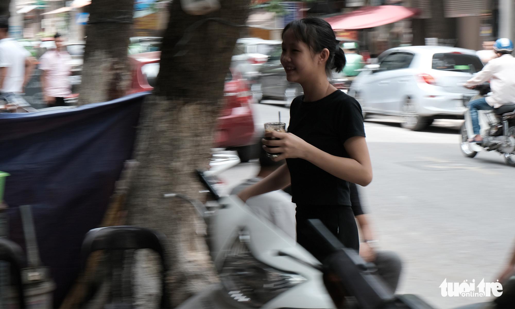 An employee brings a glass of coffee to a customer at Thai Café on Trieu Viet Vuong Street in Hai Ba Trung District, Hanoi. Photo: Ha Thanh / Tuoi Tre
