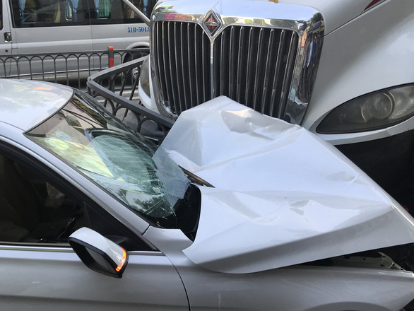 A car was badly damaged after a tractor-trailer slammed into it in District 10, Ho Chi Minh City, September 22, 2020. Photo: Le Phan / Tuoi Tre