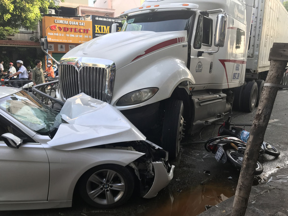A tractor-trailer crashed into a car and several motorbikes in District 10, Ho Chi Minh City, September 22, 2020. Photo: Le Phan / Tuoi Tre