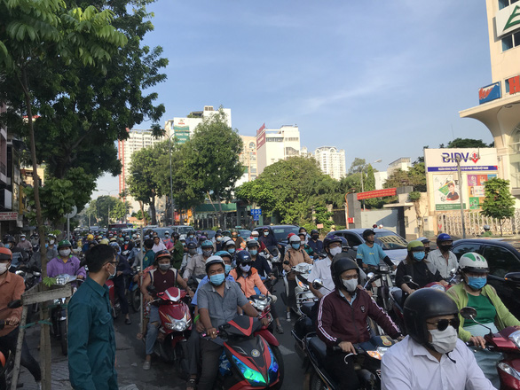 Congestion occurred on 3-2 Street after a tractor-trailer slammed into a car and several motorbikes in District 10, Ho Chi Minh City, September 22, 2020. Photo: Le Phan / Tuoi Tre