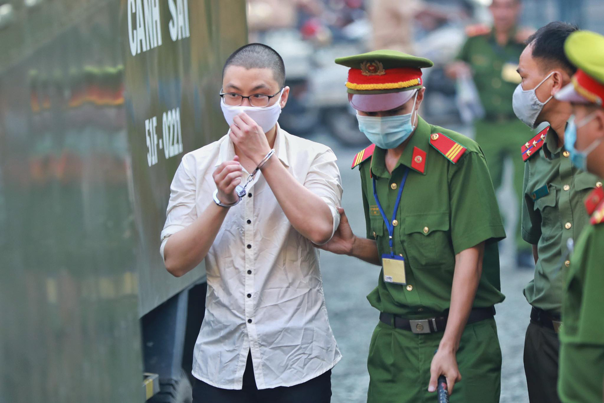 A defendant in the 2018 bombing at a police station in Ho Chi Minh City is escorted to the Ho Chi Minh City People's Court on September 22, 2020. Photo: H.H. / Tuoi Tre