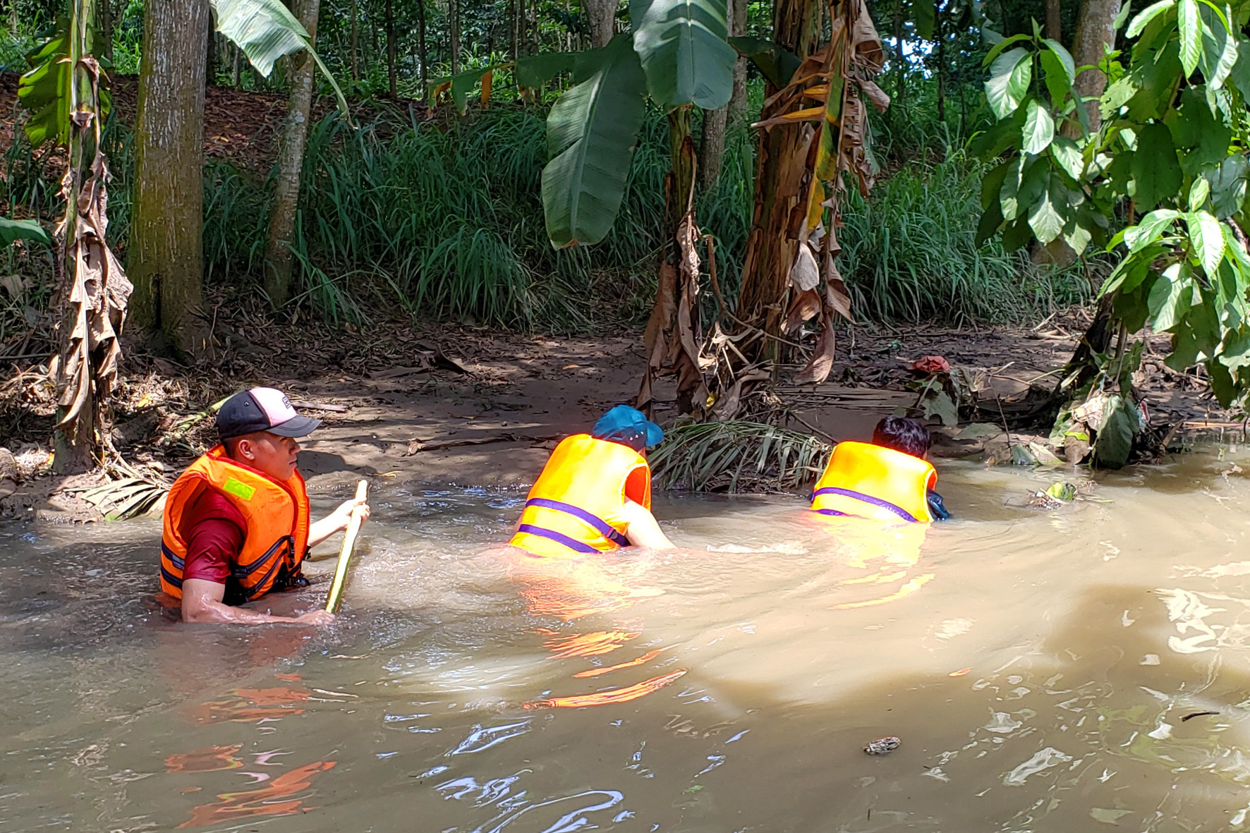 Rescuers search for Tran Thi Mung in Dong Nai Province, Vietnam, September 22, 2020. Photo: A Loc / Tuoi Tre