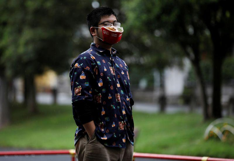 Japanese designer Takahiro Shibata's wears a protective mask that looks like a steaming bowl of ramen noodle soup while posing for a photo at a park, following the coronavirus disease (COVID-19) outbreak in Yokohama, Japan September 23, 2020. Photo: Reuters