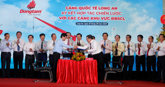 A strategic cooperation agreement is signed between Long An International Port and other ports in the Mekong Delta in Long An Province, Vietnam, September 26, 2020. Photo: Son Lam / Tuoi Tre