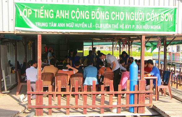 Free floating classes allow Mekong Delta residents to speak English with tourists