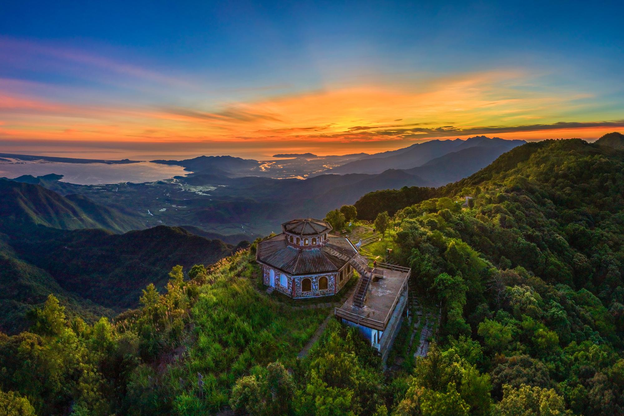 Enjoy stunning sunrise, sunset on central Vietnam's Bach Mapeak