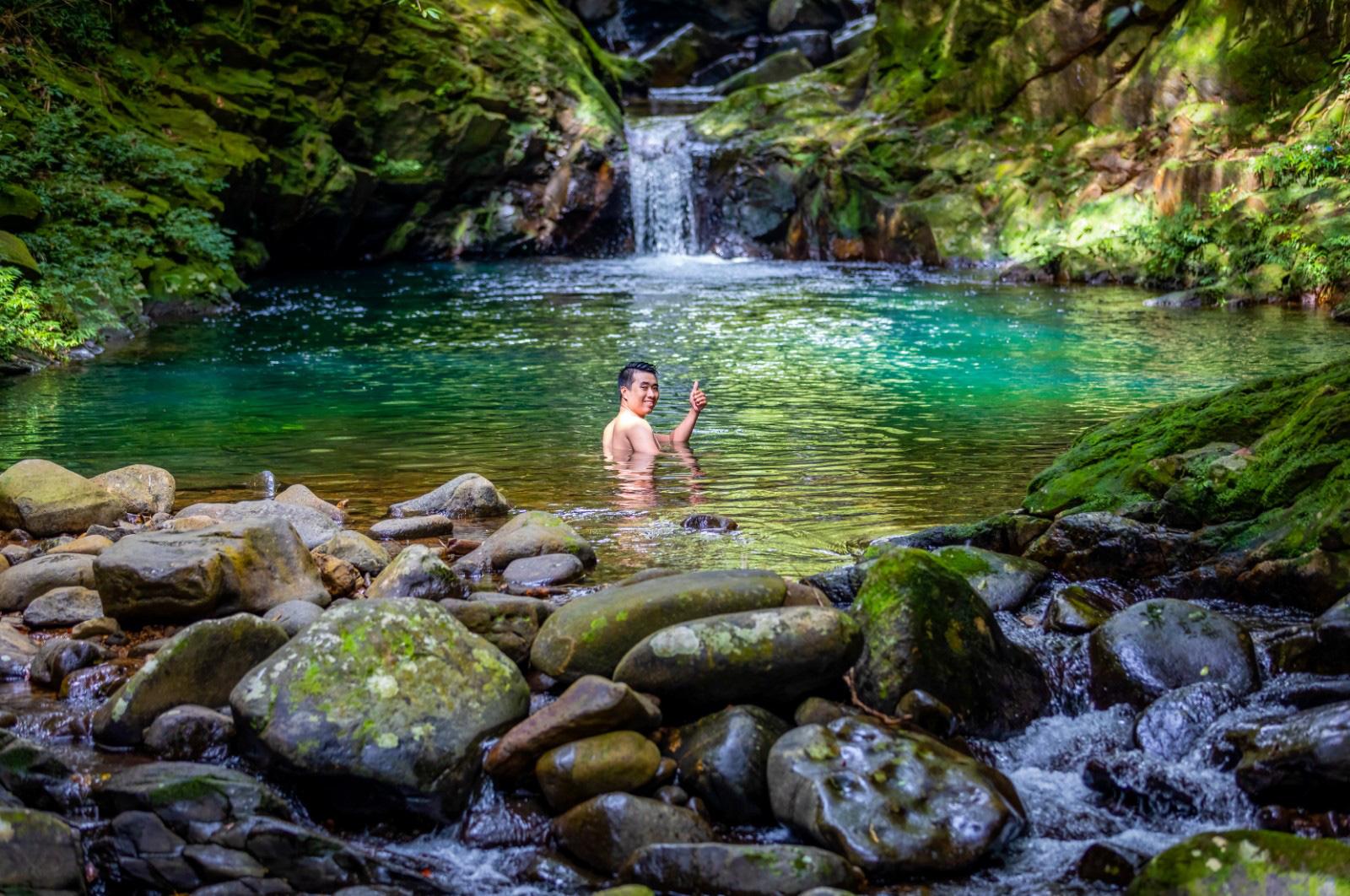 A tourist bathes in a stream in Bach Ma National Park, Thua Thien-Hue Province, Vietnam. Photo: Tran Luu Anh Tuan / Tuoi Tre