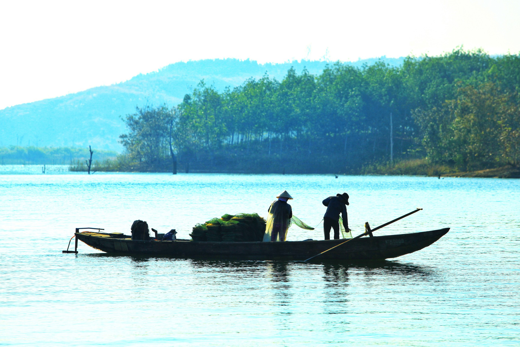 Two fishermen fish on Se San Lake at dawn in Kon Tum Province, Vietnam. Photo: Chieu Ly / Tuoi Tre