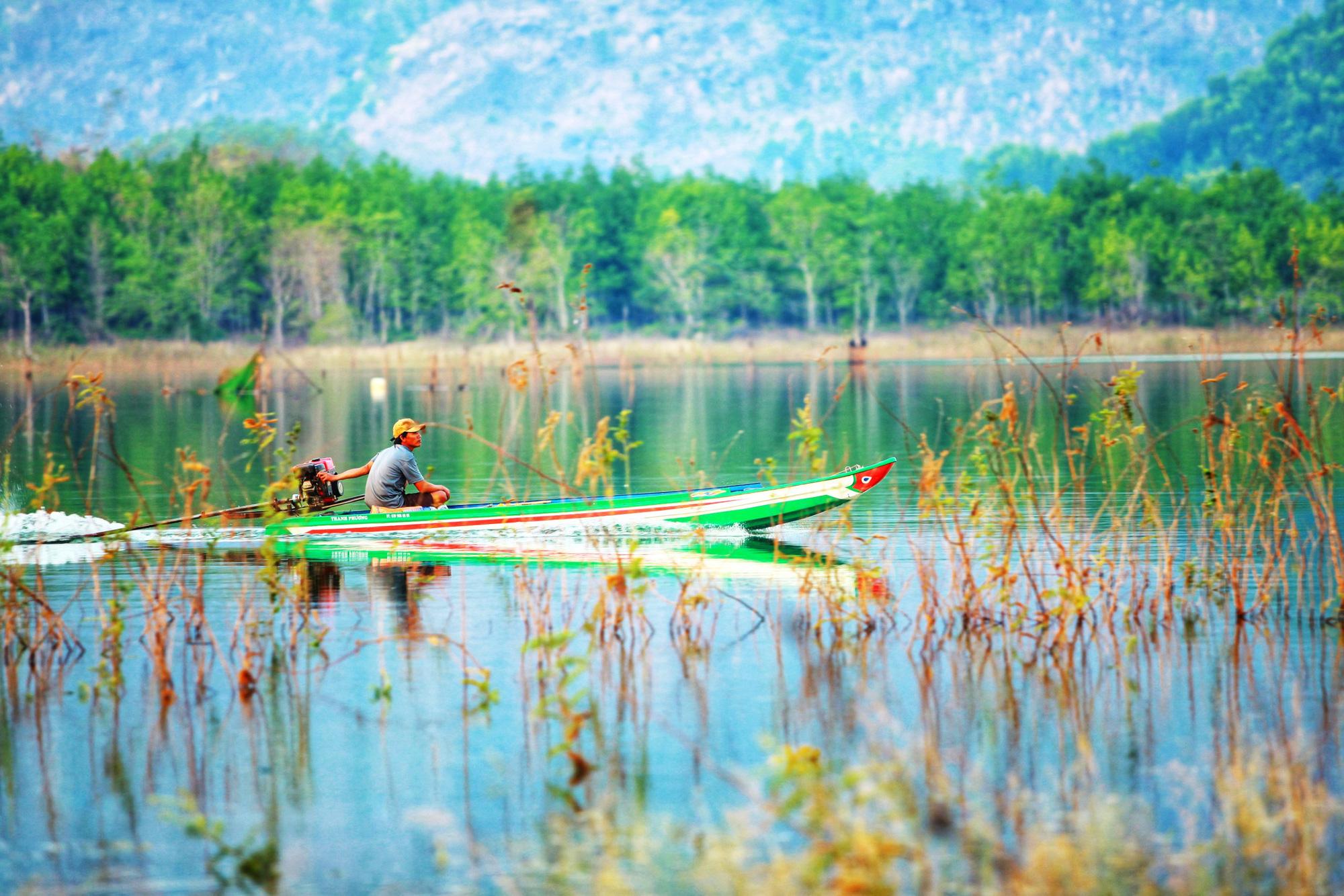 A person drives a canoe across Se San lake in Kon Tum Province, Vietnam. Photo: Chieu Ly / Tuoi Tre