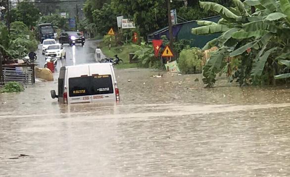 Vehicles are stuck in rainwater in Phu Tho Province, northern Vietnam. Photo: M. Tu / Tuoi Tre