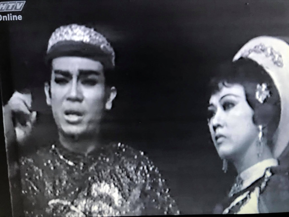 A screenshot of the iconic 'cai luong' play 'Tieng trong Me Linh'