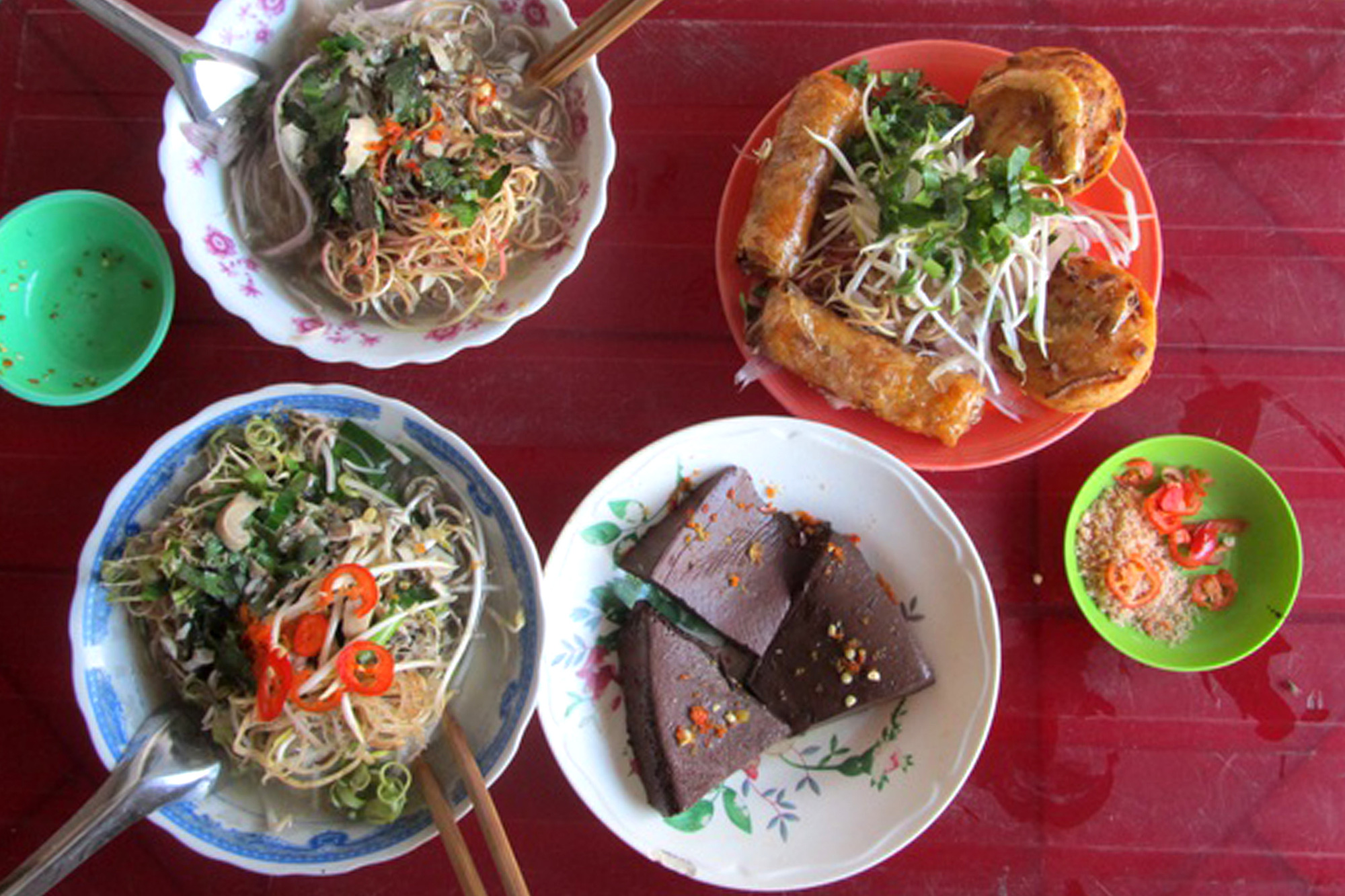 Two servings of Tra Vinh-style 'bun nuoc leo' (noodle soup) and side dishes are served at an eatery in Tra Vinh City, Tra Vinh Province, Vietnam. Photo: Van Thanh / Tuoi Tre