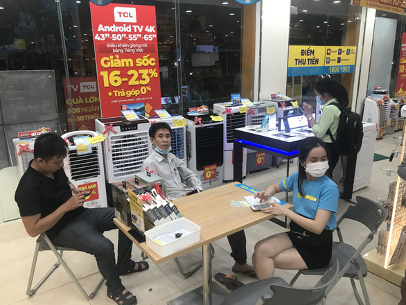 MobiFone customers bring their mobile phones to a store for checking during a network outage on September 29, 2020. Photo: Truong Trung / Tuoi Tre