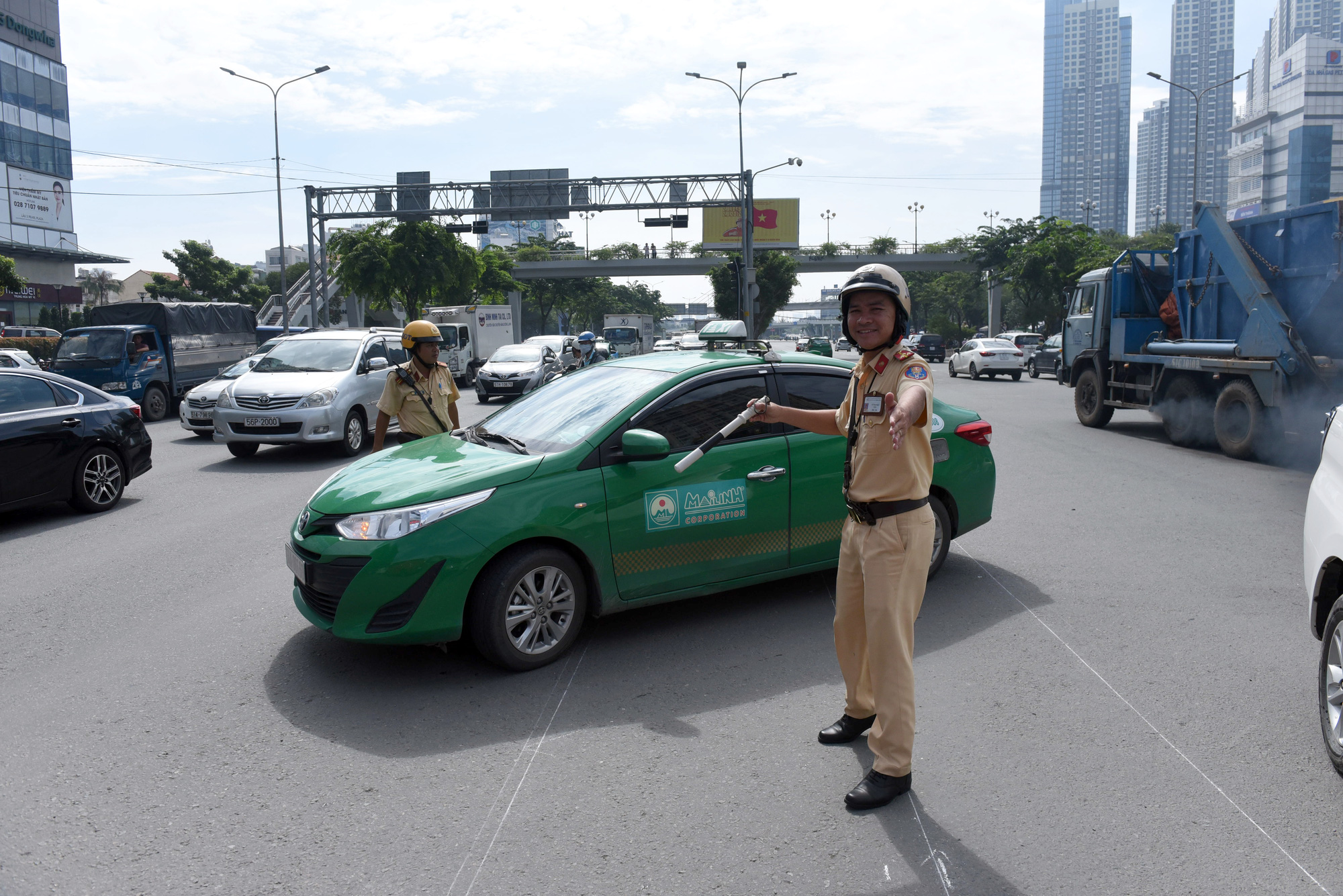 Traffic police officers regulate the flow of traffic around the Nguyen Van Thuong – Dien Bien Phu intersection in Binh Thanh District, Ho Chi Minh City. Photo: Le Phan / Tuoi Tre