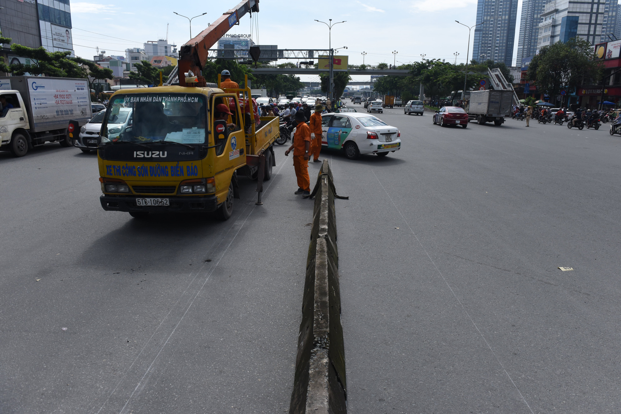 Construction units remove a concrete median at the Nguyen Van Thuong – Dien Bien Phu intersection in Binh Thanh District, Ho Chi Minh City. Photo: Le Phan / Tuoi Tre