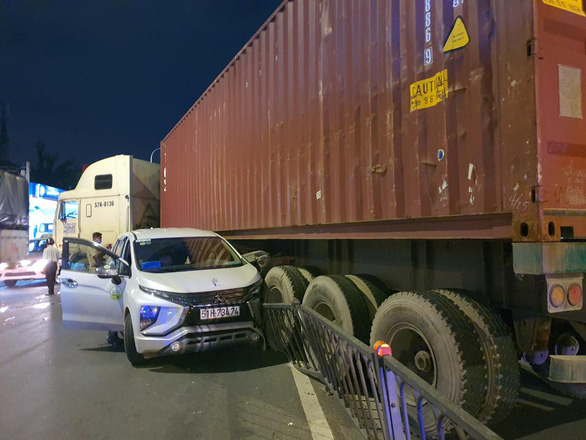 Tractor-trailer slams into road divider in Ho Chi Minh City