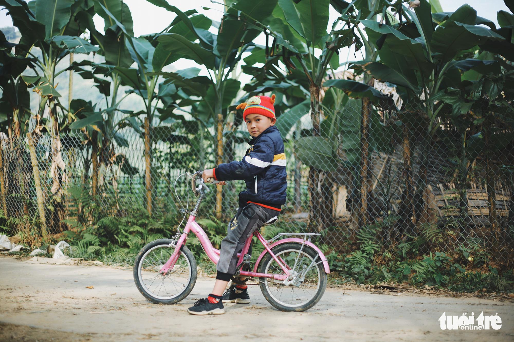 A local kid rides a bike around Tong Pang Village, Lam Thuong Commune, Luc Yen District, Yen Bai Province, Vietnam. Photo: Mai Thuong / Tuoi Tre