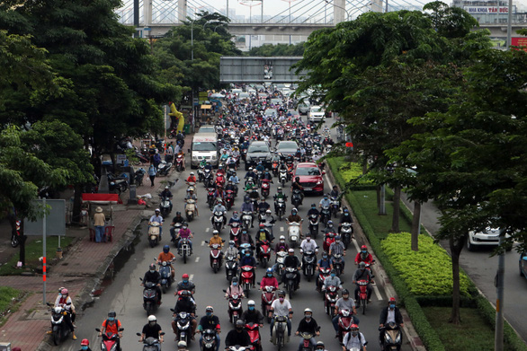 Traffic closure for upgrade of major overpass to downtown Saigon causes chaos for commuters