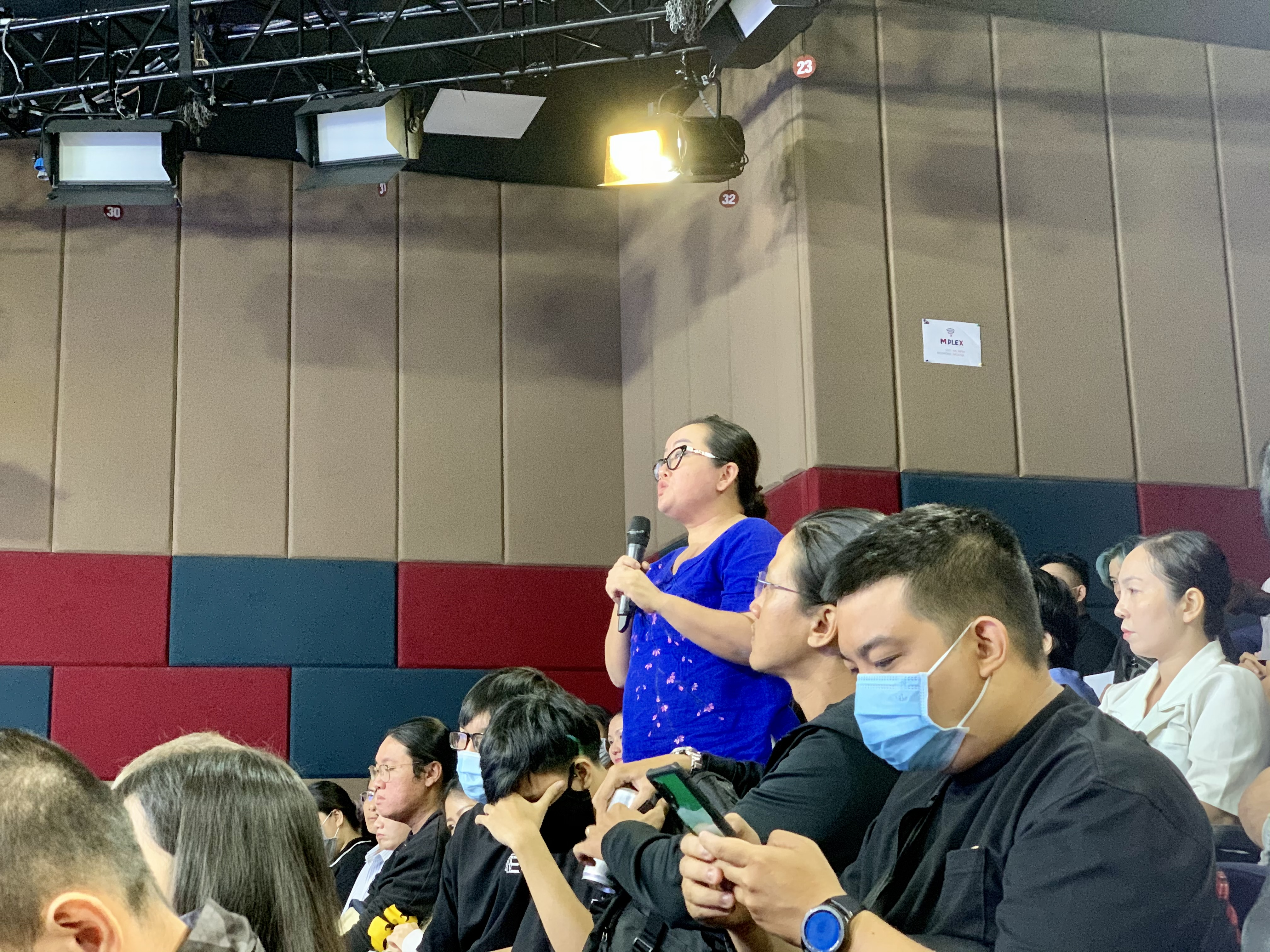 An attendant has a query for the organizers of the city's Dance Group Festival at a press conference announcing the launch of the contest, October 6, 2020. Photo: Bao Anh / Tuoi Tre News