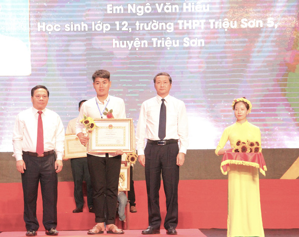 Ngo Van Hieu receives a certificate of merit from the chairman of Thanh Hoa Provincial People's Committee at the National Emulation Congress on October 2, 2020. Photo: Ha Dong / Tuoi Tre