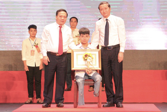 Nguyen Tat Minh receives a certificate of merit from the chairman of Thanh Hoa Provincial People's Committee at the National Emulation Congress on October 2, 2020. Photo: Ha Dong / Tuoi Tre