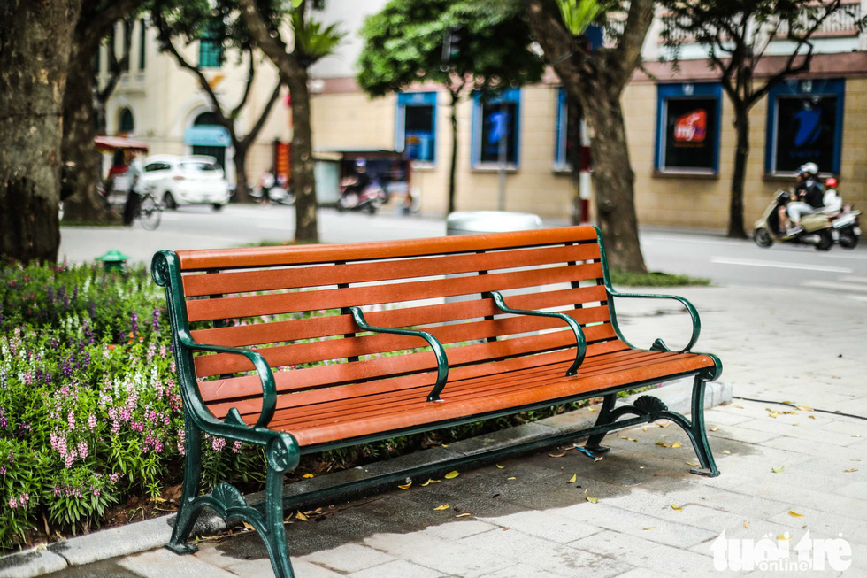 A new public bench is seen in this photo taken at the Hoan Kiem Lake. Photo: Nguyen Khanh / Tuoi Tre