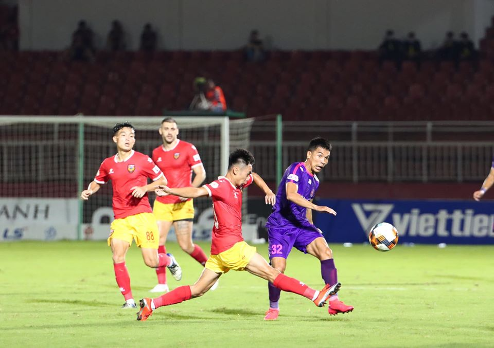 Players of Saigon FC (purple) and Hong Linh Ha Tinh FC vie for possession during their match in the sixth round of the 2020 V-League 1 at Thong Nhat Stadium in Ho Chi Minh City, June 24, 2020. Photo: Saigon FC