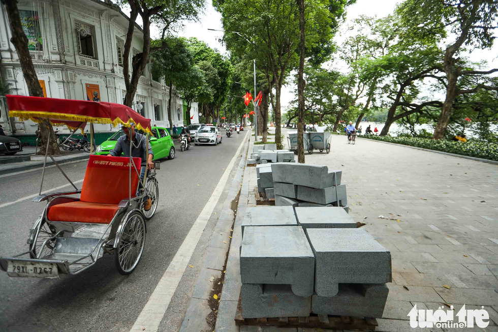Several blocks of stone are seen stacking up in this photo taken at the Hoan Kiem Lake. Photo: Nguyen Khanh / Tuoi Tre