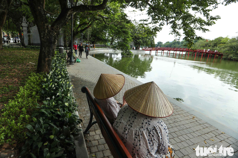 A section of the sidewalk at the Hoan Kiem Lake is seen in this photo. Photo: Nguyen Khanh / Tuoi Tre