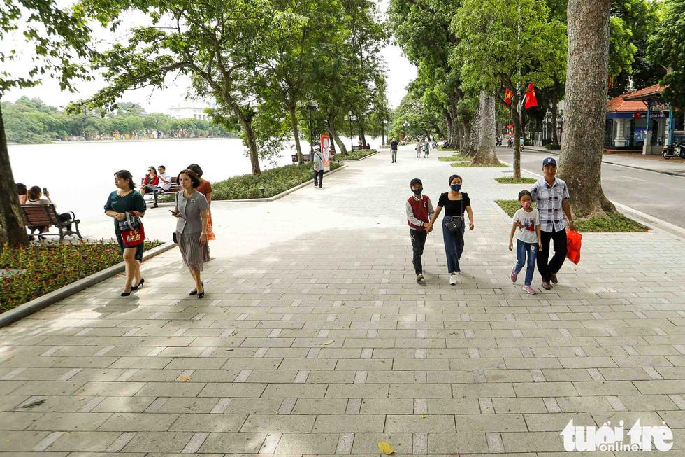 Hanoi pedestrians are seen in this photo taken at the Hoan Kiem Lake. Photo: Nguyen Khanh / Tuoi Tre
