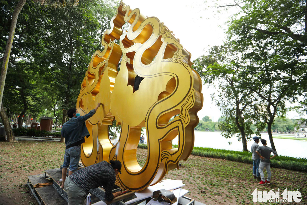 Workers install ornamental items on the sidewalk. Photo: Nguyen Khanh / Tuoi Tre