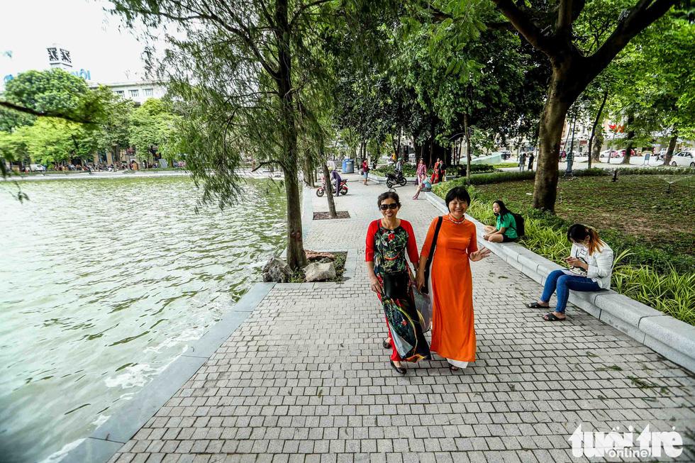 Hoan Kiem Lake's sidewalk is paved with granite stone bricks. Photo: Nguyen Khanh / Tuoi Tre