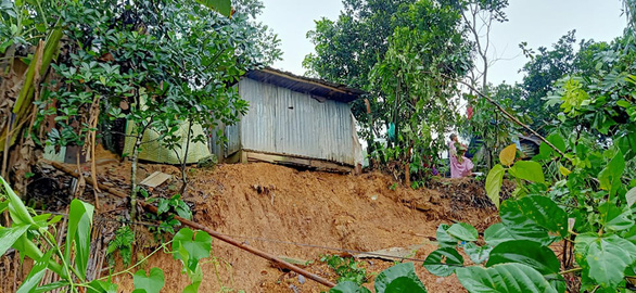 A house is on the verge of collapse because of landslides in Tay Giang District, Quang Nam Province, Vietnam. Photo: P.L. / Tuoi Tre