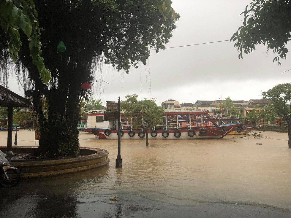 Many pedestrian streets in Hoi An Ancient Town have already been flooded. Photo: Nguyen Van Lanh