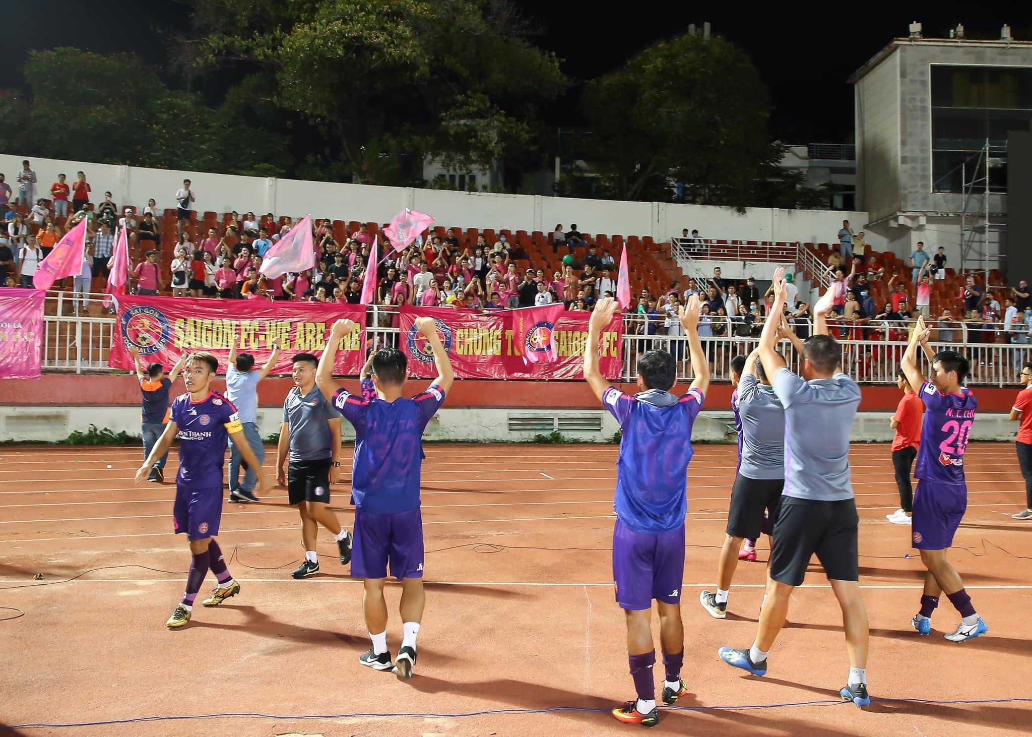Players of Saigon FC wave at supporters after their game against Ho Chi Minh City FC in the V-League 1's fourth round in Ho Chi Minh City, June 12, 2020. Photo: Dang Hoang / Tuoi Tre Contributor
